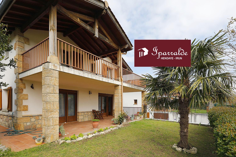 En zona muy demanda, preciosa Villa Individual T4 con ámplias terrazas y coqueto Jardín, todo ello orientado a pleno Sur.