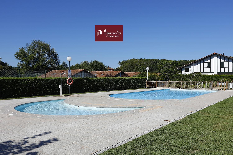 Preciosa villa adosada en urbanización con piscina, tenis y club social que se compone de 3 habitaciones, sala, cocina y Terraza dando a bonito jardín