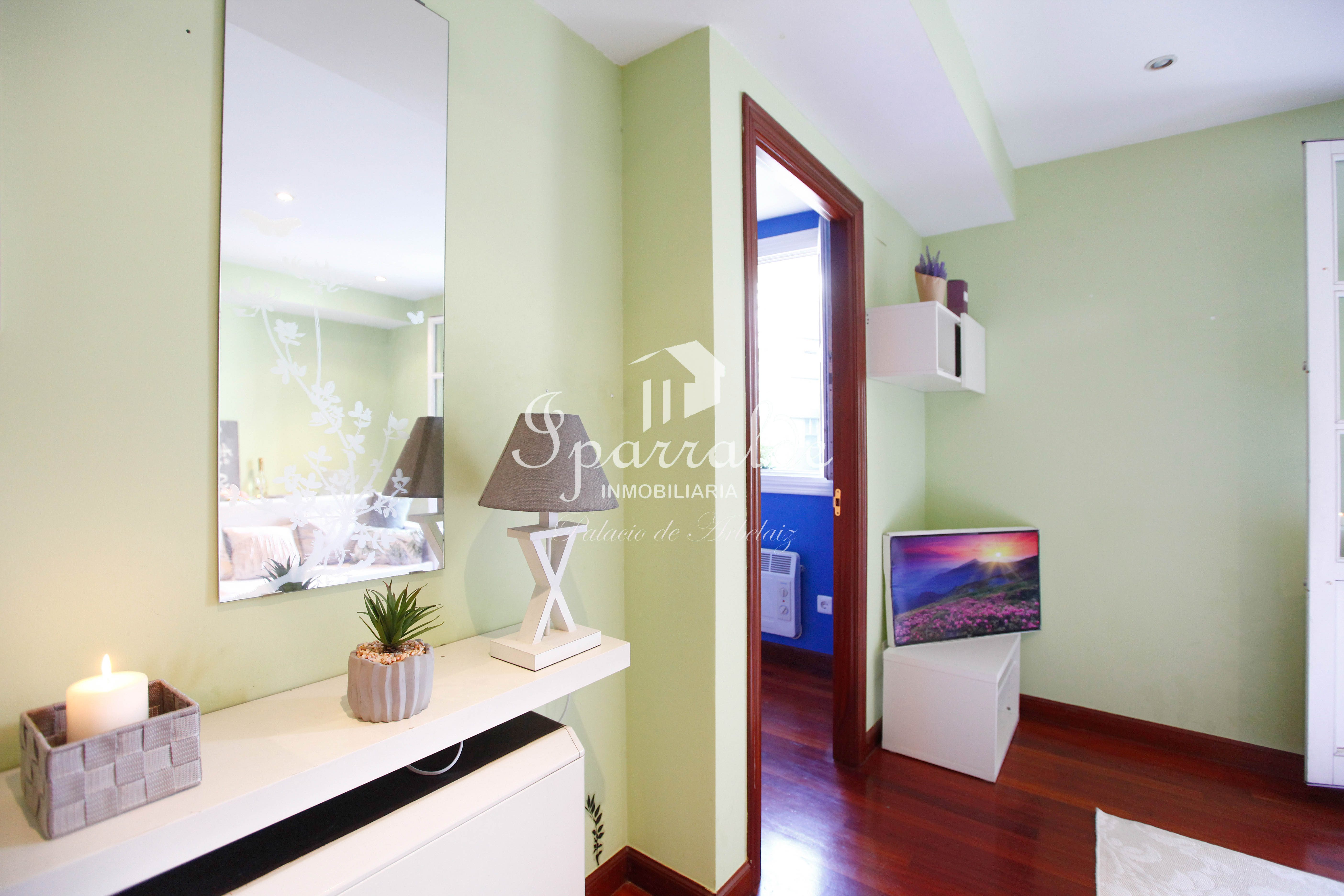 Bonito y céntrico piso de dos habitaciones en pleno centro ,al lado de la Plaza San Juan de Irún. Orientación sur. Ascensor