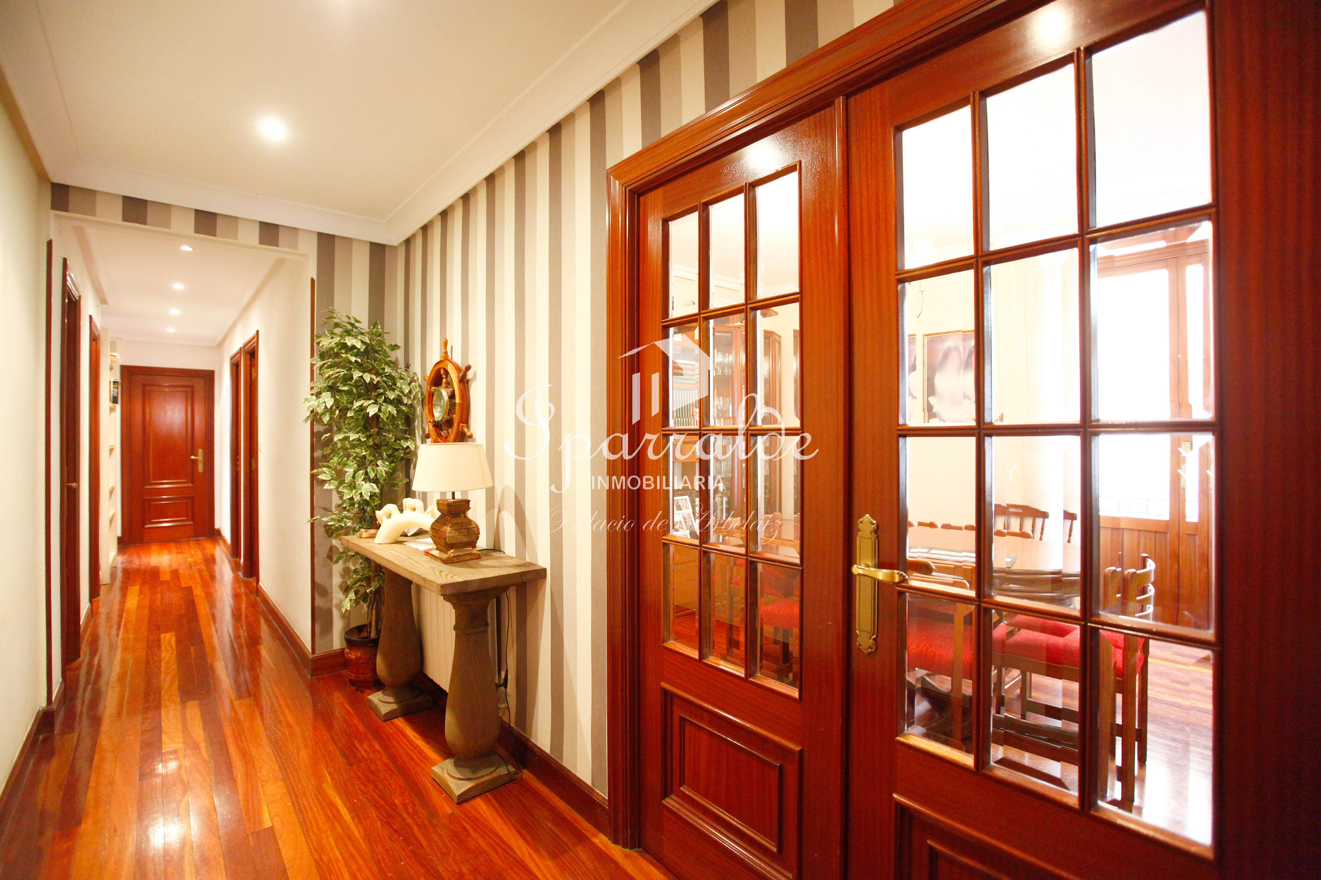 Piso de 125m² con 3 dormitorios con salida a balcón, 2 baños, gran cocina con despensa y salón comedor con salida a balcón y galería
