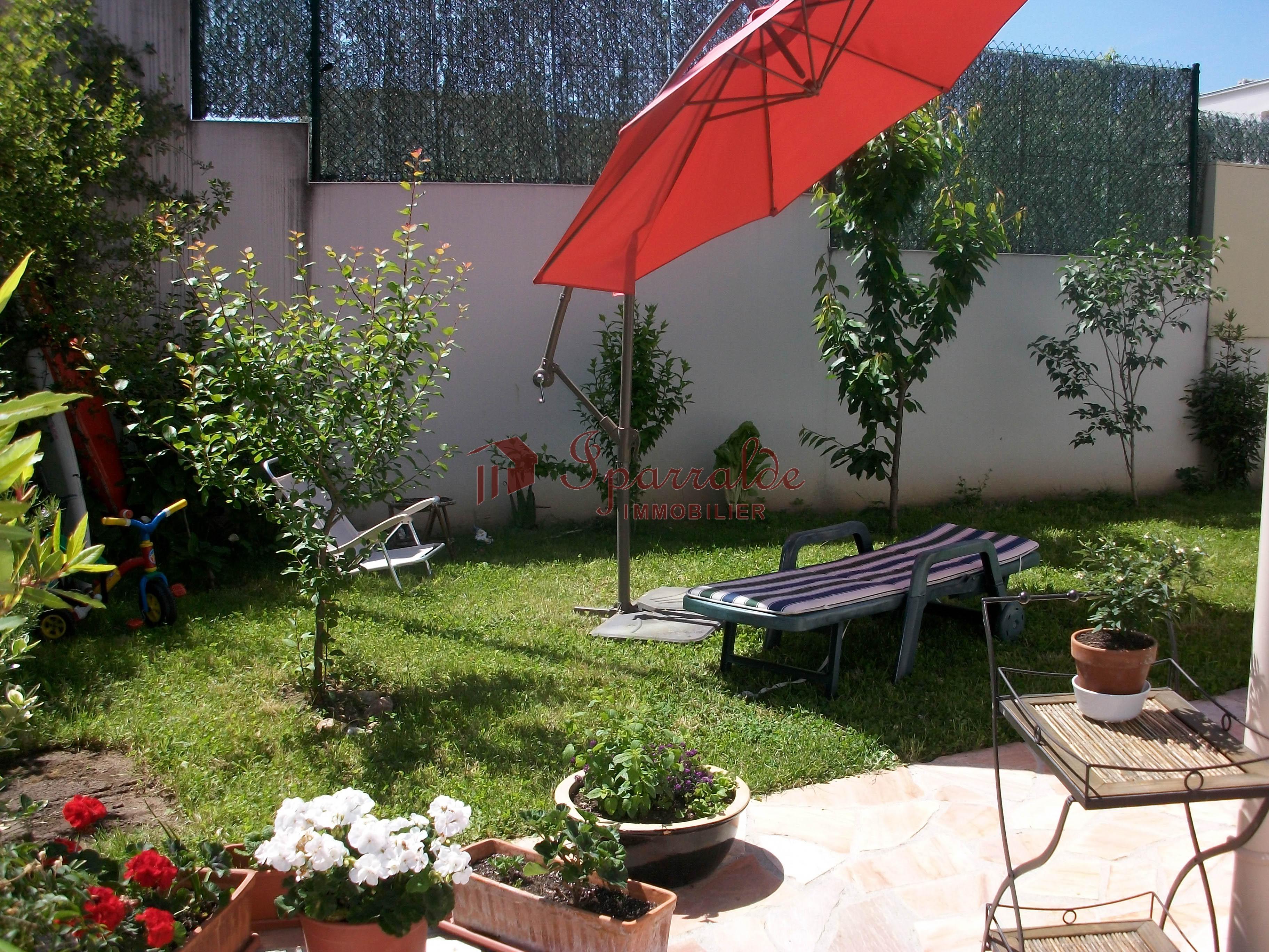 Bonita villa individual de 168 m2, con 4 habitaciones y amplia terraza muy soleada. Garaje cerrado, para dos coches.