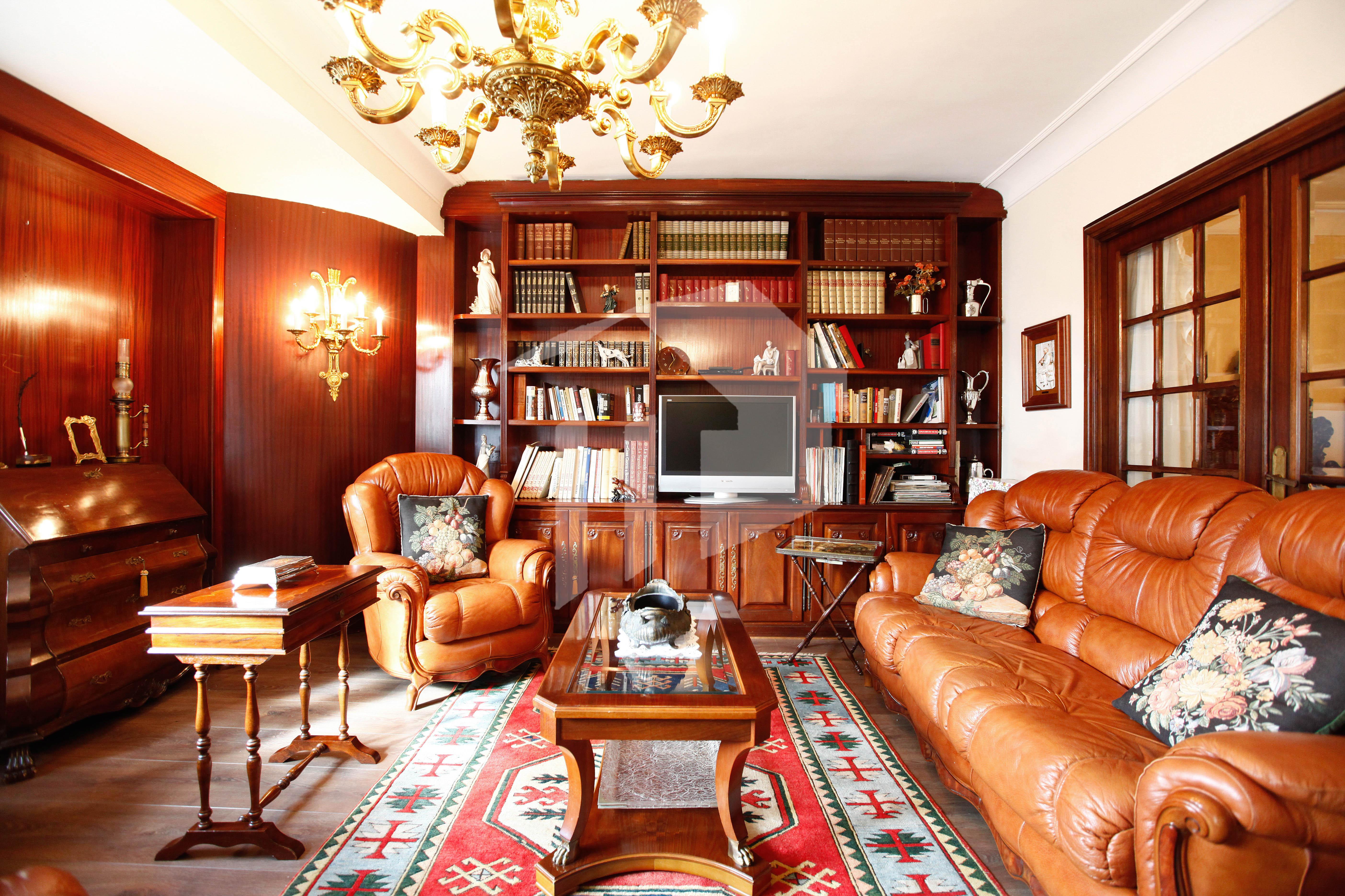 Bonito piso de 91 m2  útiles en pleno centro de Irún. La vivienda, muy espaciosa y luminosa, se compone de cocina equipada e independiente,salón comedor, tres habitaciones ( una de ellas, suite), y dos baños completos. Opcional trastero y garaje cerrado.