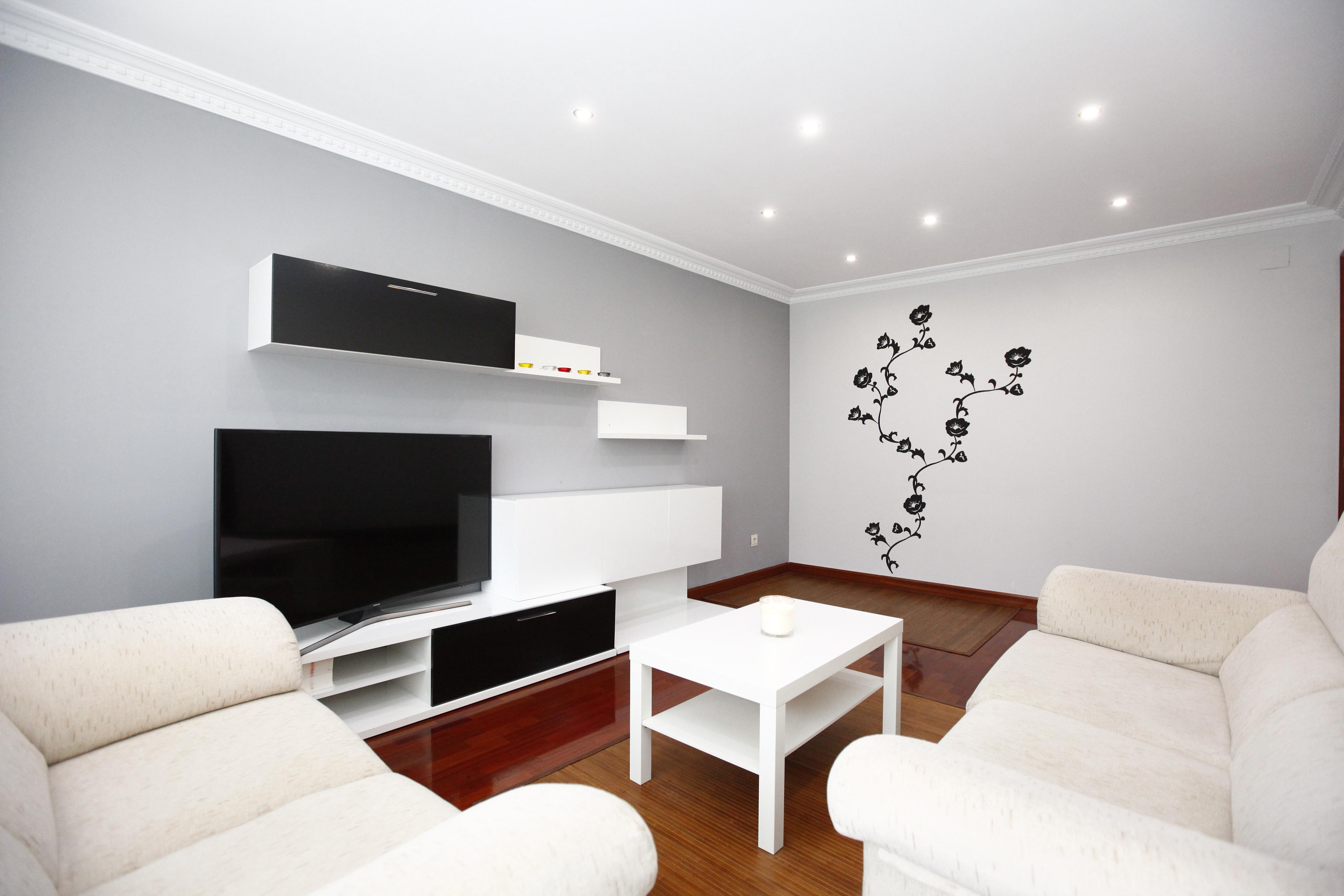 Piso amueblado y reciente de 80 m2 + ámplio trastero. Se compone de cocina equipada e independiente, salón comedor, 3 habitaciones y 2 baños.