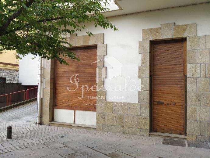 Local a pie de calle que consta de cuatro oficinas + 1 aseo, no alquilables por separado.