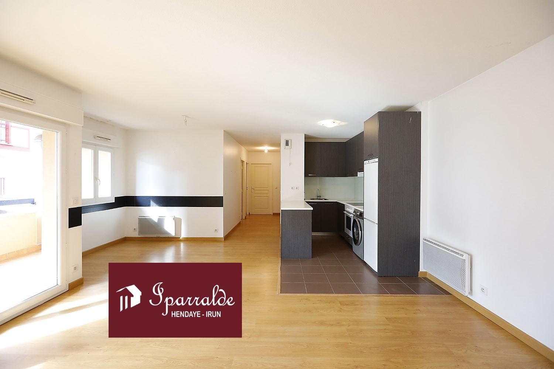 Se vende piso en zona centro de Hendaia, con tres habitaciones, parking y trastero.