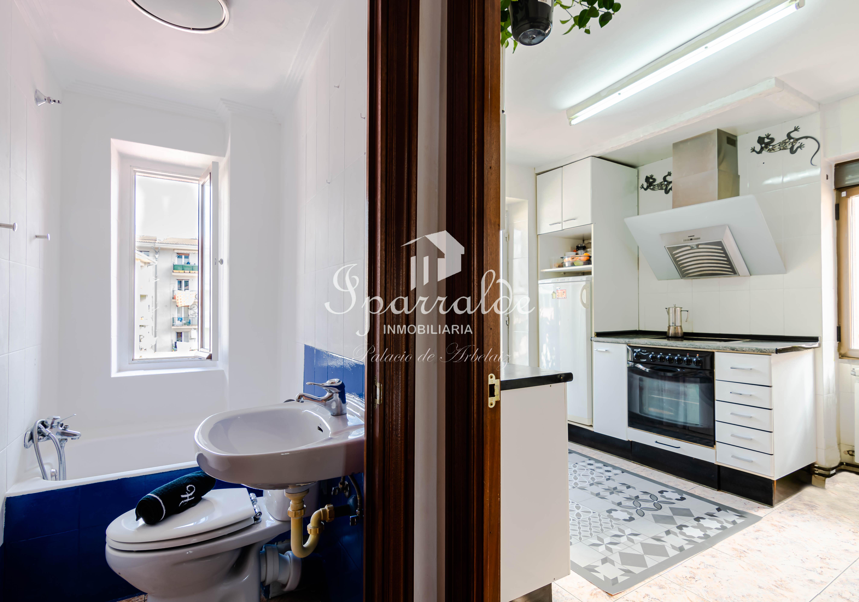 Preciosa vivienda reformada de 3 habitaciones, cocina equipada, 1 baño y salón. Toda exterior, muy luminosa.S/ascensor.