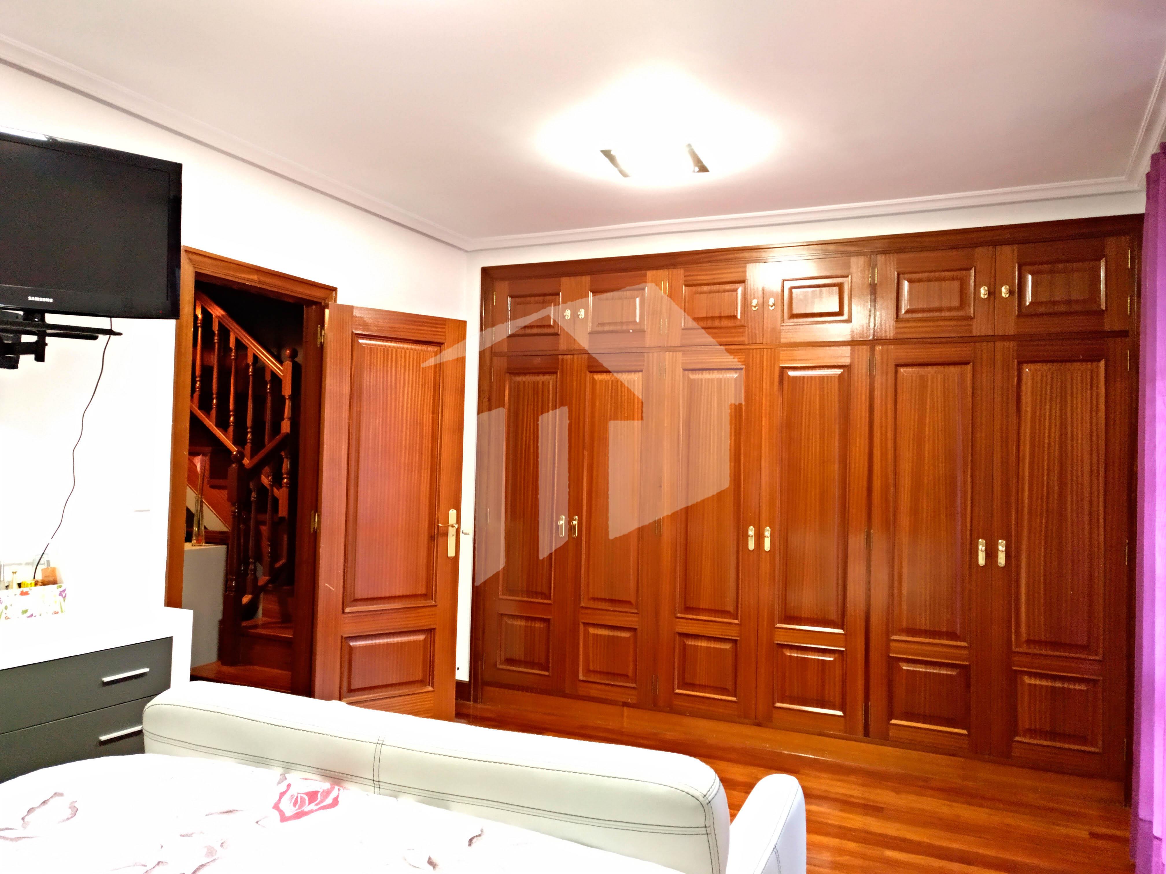 MAGNIFICA VILLA de 223, 45m² con gran salón comedor, 4 dormitorios, 1 aseo y tres baños completos, cocina independiente con salida a porche y gran terraza de 90m², garaje de 40m².