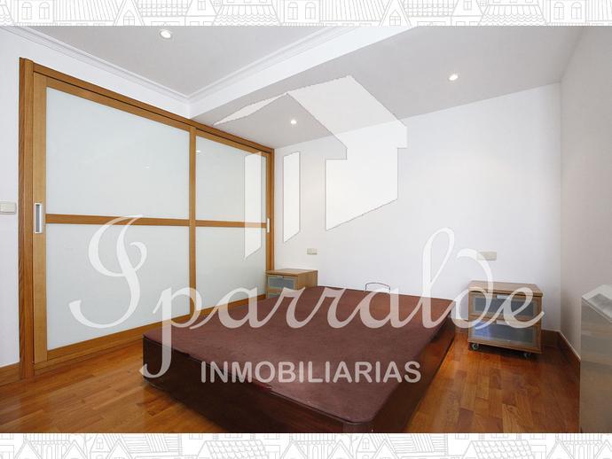 Bonito y céntrico piso de tres habitaciones y dos baños, con vistas a la Calle Mayor de Irún. Reforma íntegra, para entrar a vivir.