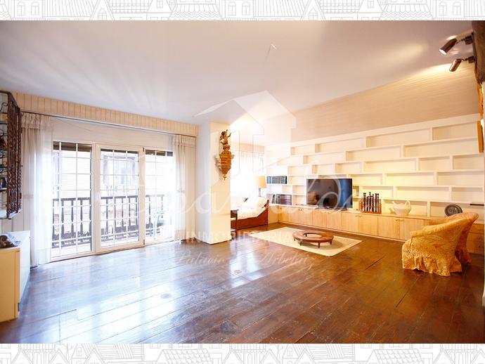 Maravilloso piso dúplex en el Casco Histórico de Hondarribia. Estancias amplias y llenas de luz, balcón y terraza.