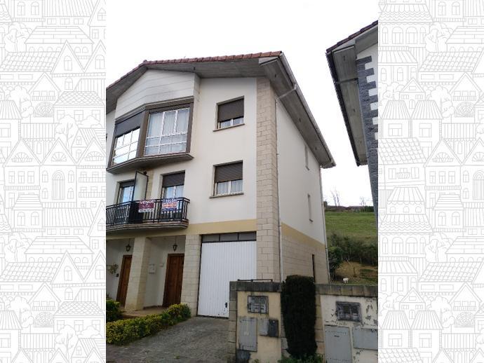 Villa Bifamiliar de 262m2 con tres habitaciones, 2 baños, garaje par...