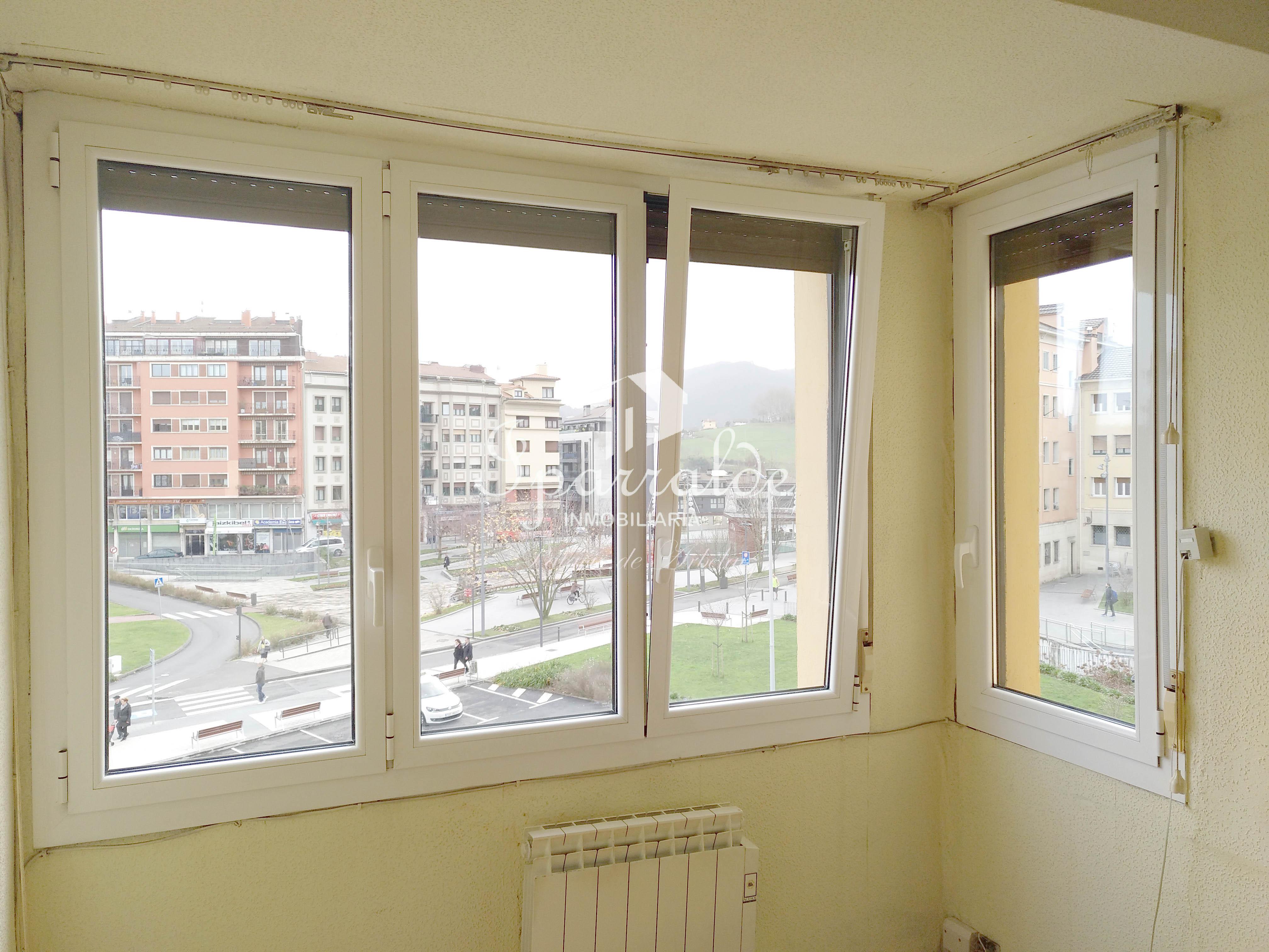 Hermoso piso de 110m², con tres dormitorios, 2 baños, cocina independiente , todo exterior a reformar