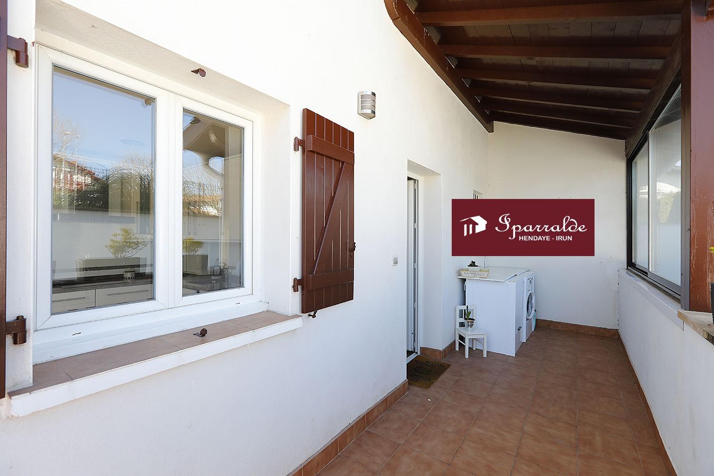 Preciosa Villa bifamiliar con Jardín, Terraza y Piscina a 12 minutos de la Playa.