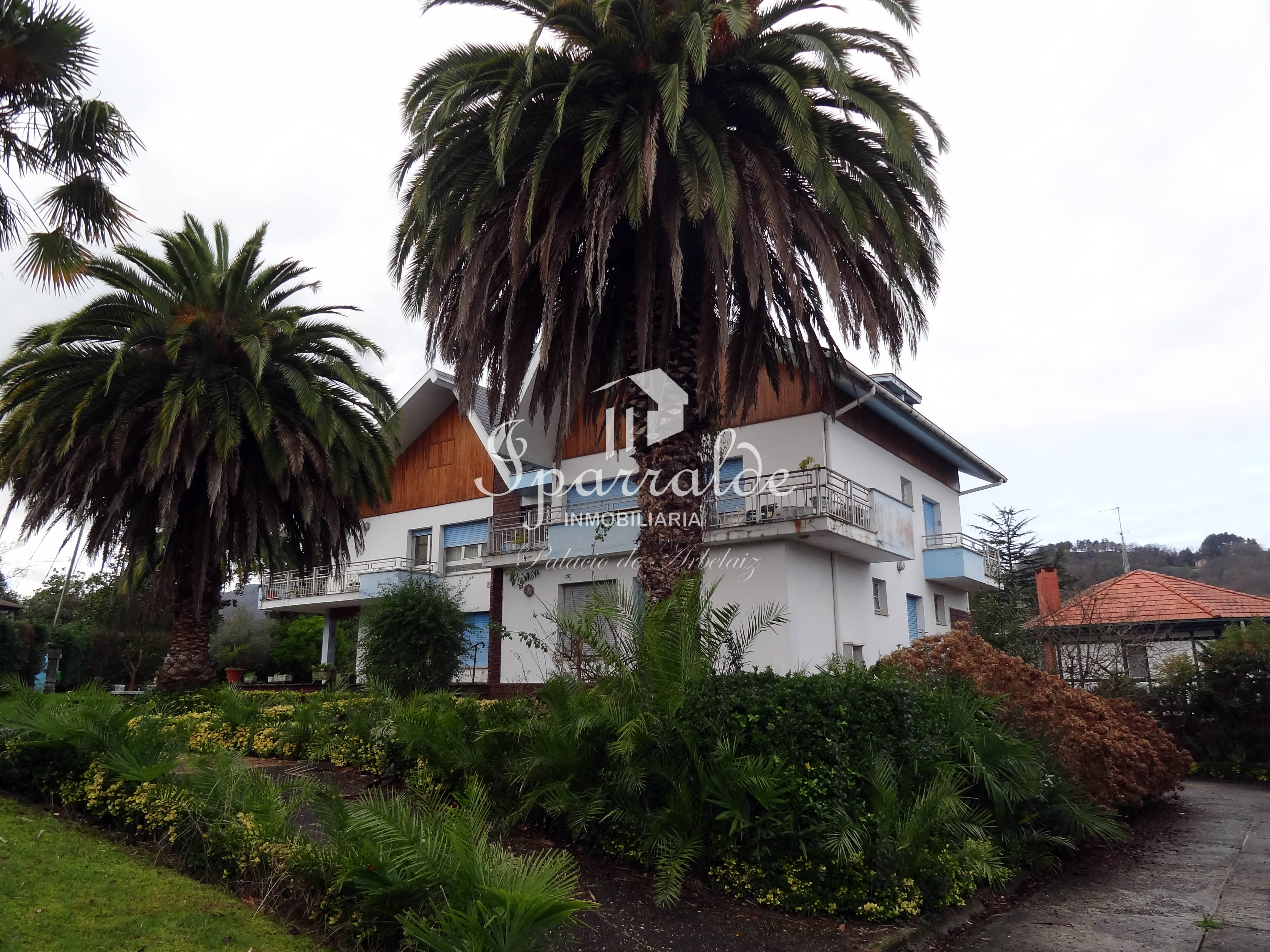 Excepcional chalet en una de las zonas más tranquilas y mejor ubicadas de Hondarribia, a unos metros de la playa y del centro de la ciudad.