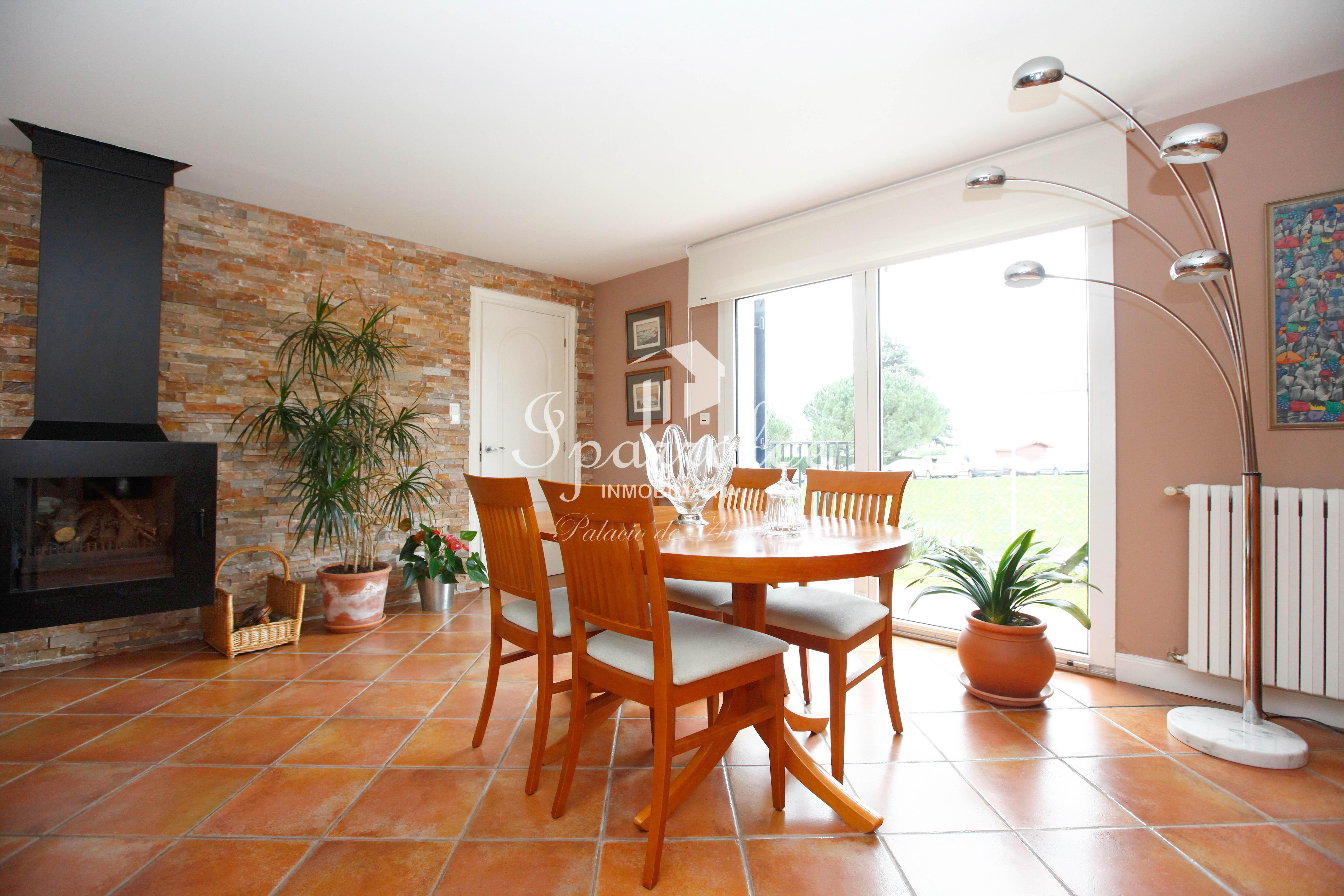 Preciosa villa individual con jardín idelamente situada.