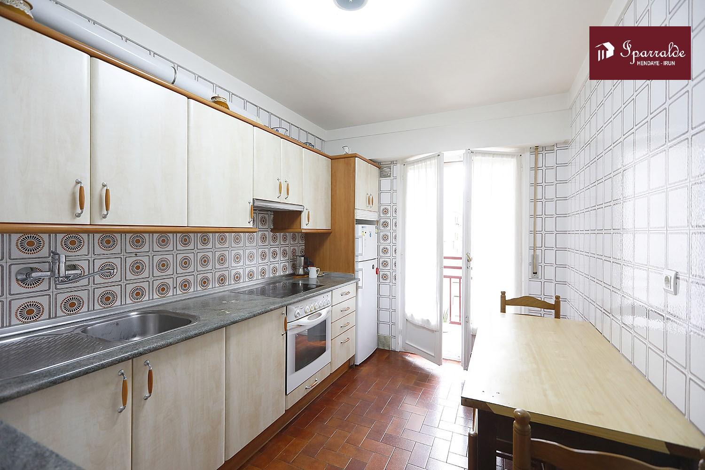 Bonito piso de dos habitaciones en el barrio de Anaka de Irún. Zona tranquila y bien comunicada.