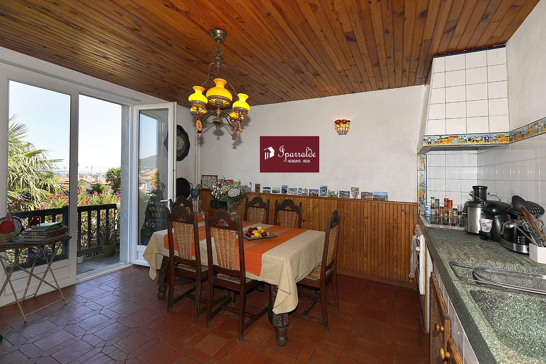 Encuentre una nueva propiedad para adquirir, con esta magnífica Villa con encanto dividida en 2 viviendas, en Hendaya.  Ideal para vivir en la misma propiedad pero de forma independiente.  Su agencia IPARRALDE IMMOBILIER está a su disposición si tiene alguna pregunta. Esta villa de 320 m² incluye dos zonas de cocina además de  7 dormitorios. Aspecto importante para su bienestar, la tranquilidad y las hermosas vistas sobre la Bahía de Txingoudy.  Parcela de buen tamaño con sus 1250m². Muy cerca de los comercios, y a solamente 7 minutos de las Playas. En el exterior, encontrará un jardín con una superficie de 750m².  El garaje actual  de 80m2 está totalmente embaldosado y dispone de ventanas por lo que  podría convertirse en una tercera vivienda ya que dispone además de  aereación exterior. Vivenda excepcional, ¡visítela ya!