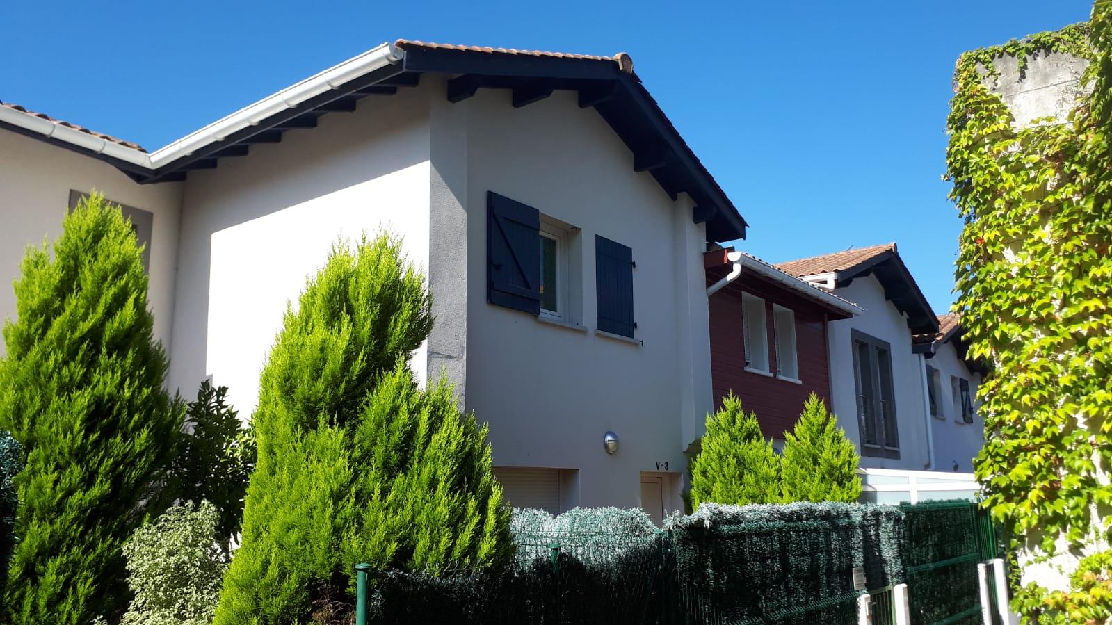 Vivienda adosada en muy buen estado, para entrar a vivir, 3 habitaciones, terraza y dos garajes cerrados.