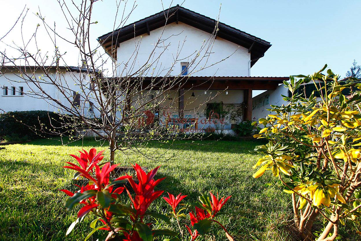 En  venta chalet adosado con encanto muy bien situado cerca del centro y de la Bahía del Txingudi con jardin privado y amplia zona de aparcamiento.