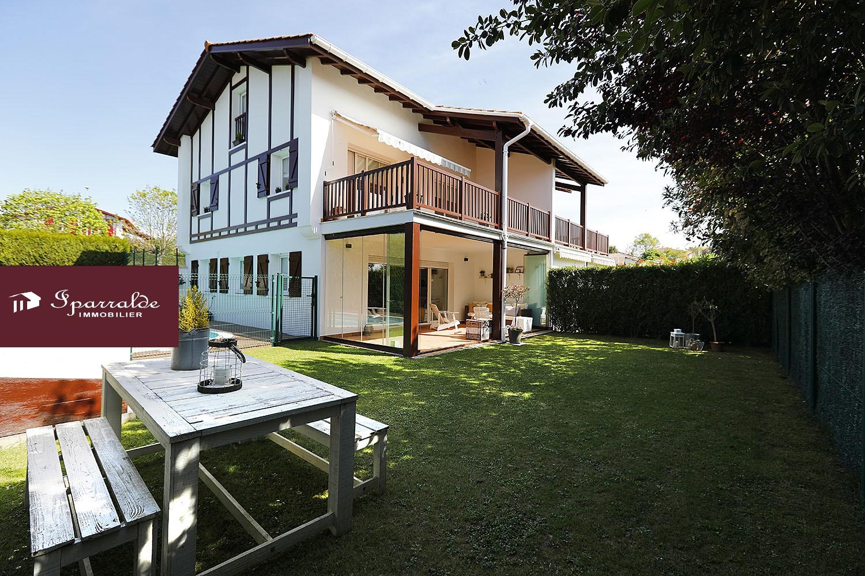 Villa de 4 habitaciones con Terraza, Jardin y Piscina en Hendaya a 15 minutos andando de la Playa.