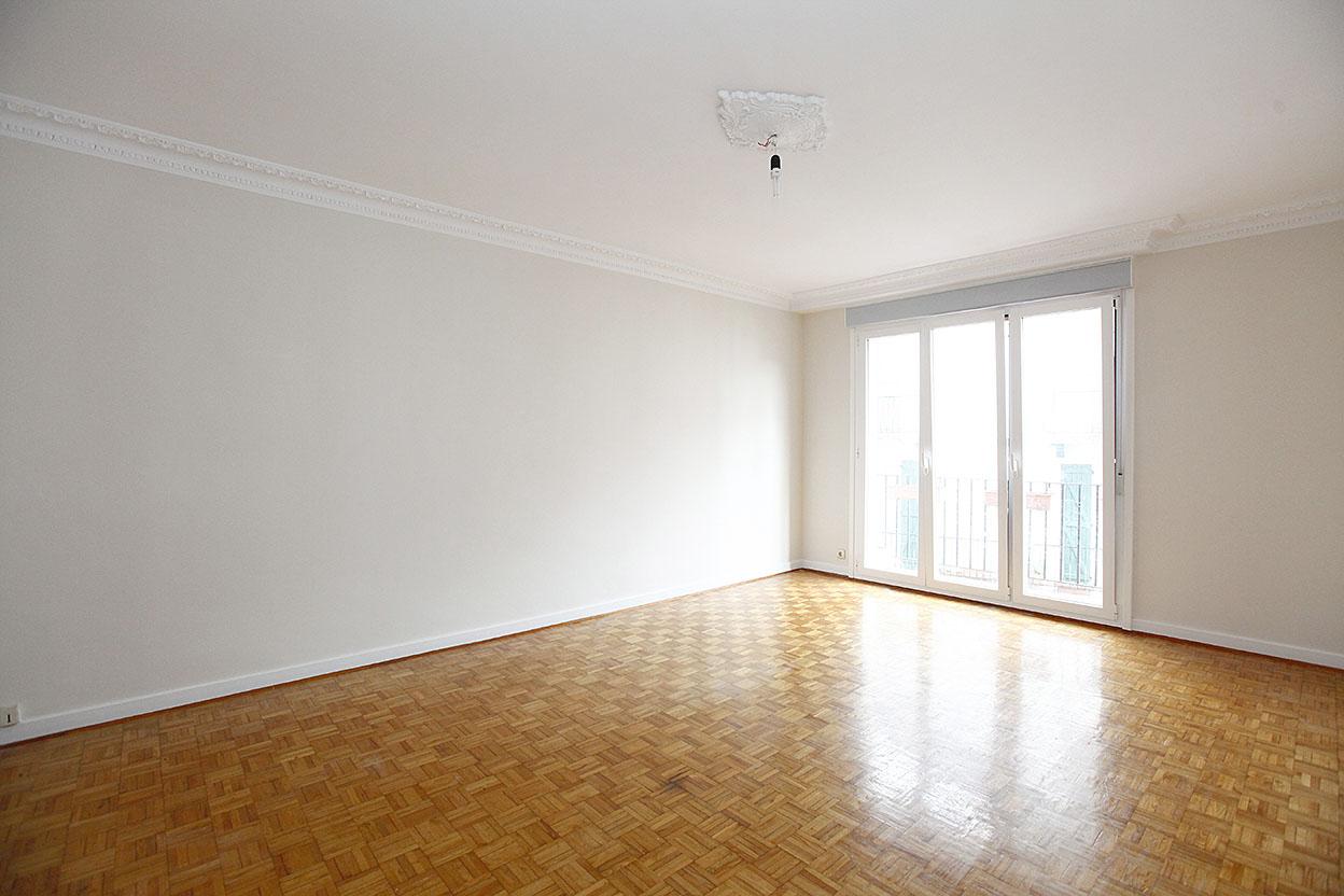 Beaux volumes pour cet appartement de type T4 proche de toutes commodités.