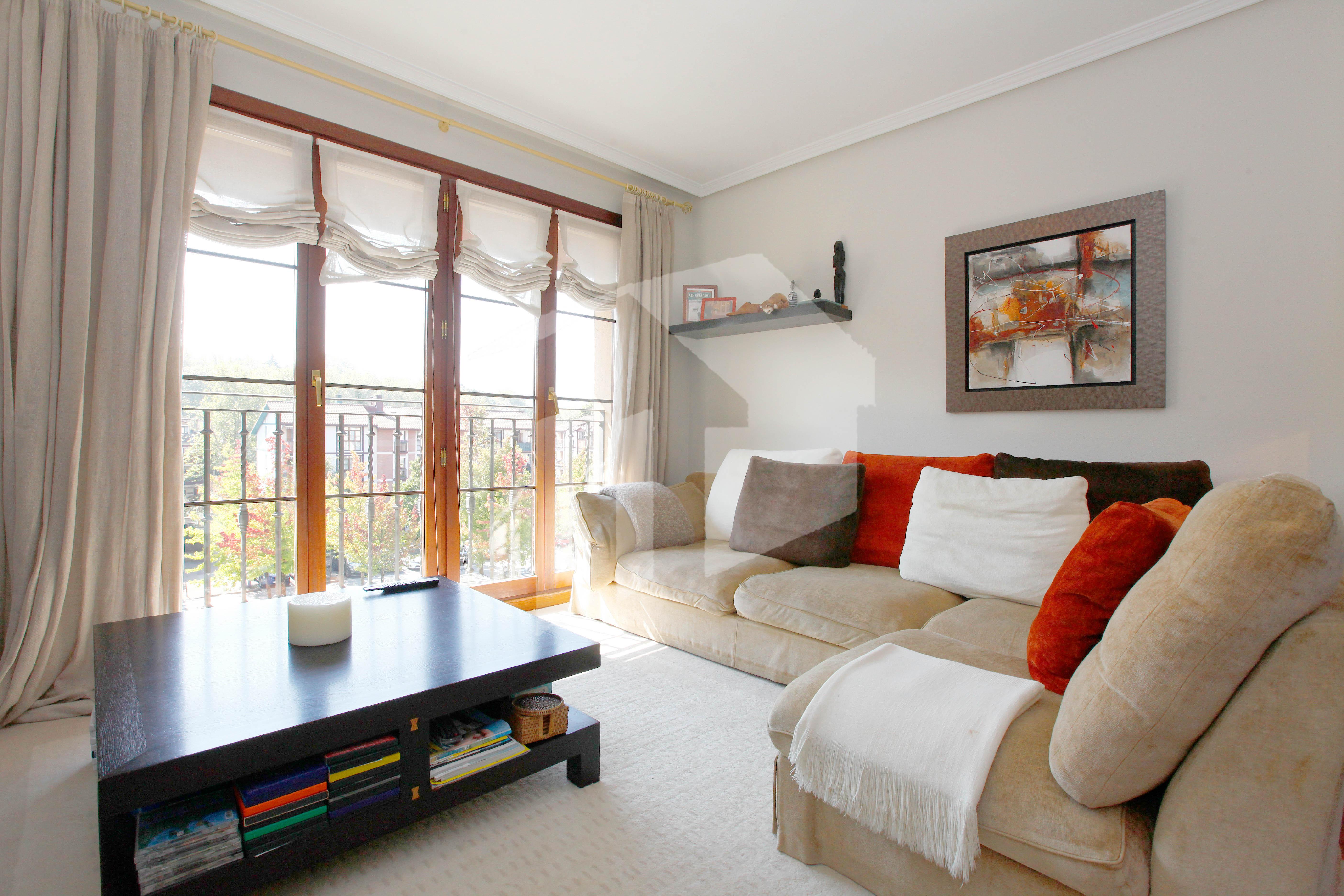 Bonito piso de 100m2 const. 3 habitaciones y 2 baños. situado en el barrio de Urdanibia Berri de Irún.