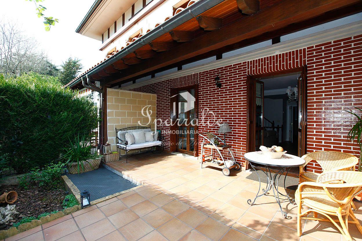 Preciosa villa adosada, de 275 m2, con zona ajardinada y terraza. Gar...