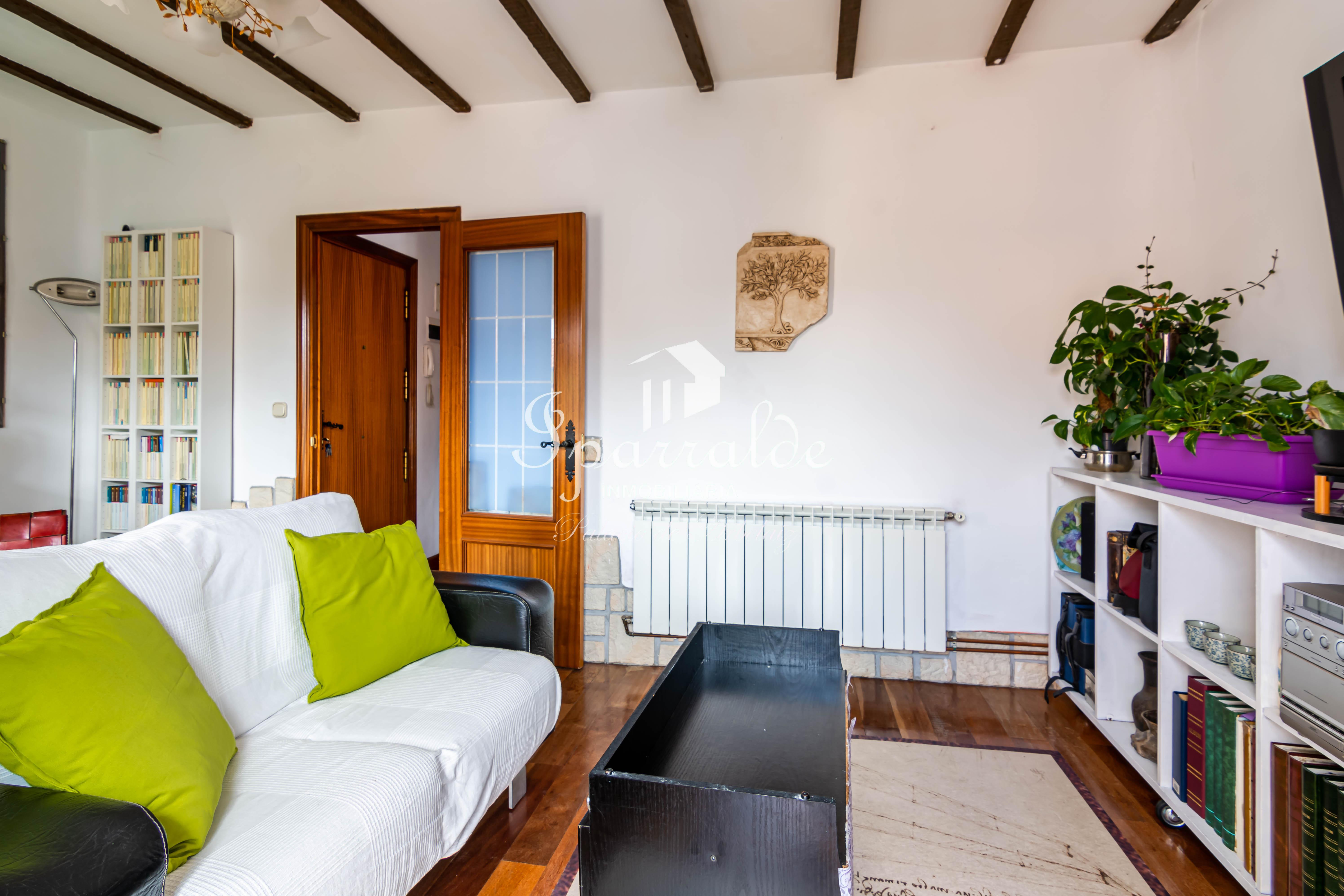 Piso de 2 habitaciones, salón , cocina independiente y baño completo