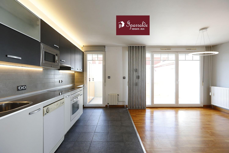 Precioso y amplio piso T3 con una agradable terraza y orientado al sur, en Hendaya en pleno centro de Hendaye junto a colegios y comercios, TGV, topo, etc. El edificio cumple con los estándares de accesibilidad. Para más información, póngase en contacto rápidamente con su agencia IPARRALDE INMOBILIARIA. Este alojamiento se encuentra a 5 mns de las Playas. La vivienda consta de un amplio salón-cocina equipado con más de 31m2 con vistas a la terraza y 2 habitaciones dobles con balcones. Encontrará varios armarios para almacenamiento. La superficie habitable interior es de aproximadamente 64,67m² a 2 balcones que suman 3,50m² y una hermosa terraza al sur que ocupa una superficie de 11m², lo que eleva la superficie útil total a 79,17m². Construcción en 2002. Urbanización con ascensor y cuarto biciclitero. El precio incluye una raya de garaje para facilitar el aparcamiento. El precio de venta del conjunto está fijado en 259.530 €. ¡A Visitar sin demora!