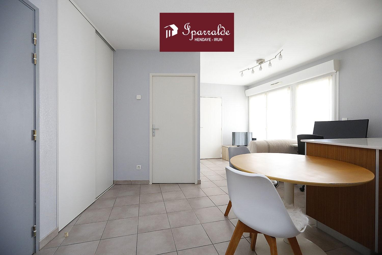 Compre en Hendaya (64700) esta bonita T2 con terraza, estacionamiento en el sótano en una residencia reciente. Se compone de una agradable sala de estar con cocina abierta a la terraza con hermosas vistas, dormitorio doble con armario y baño con ducha.  Con una superficie habitable de 38 m2 + terraza.  Se encuentra en el centro de la ciudad, muy cerca de los servicios y el transporte público. A 2 km de las playas de Hendaya.  No dude en contactar a su agencia IPARRALDE IMMOBILIER para esta propiedad ¡Exclusivamente!