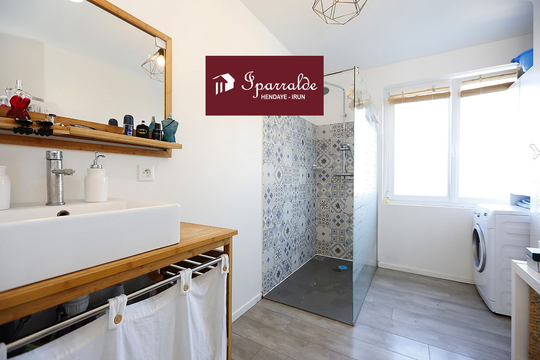 Piso de 3 habitaciones de 79m² con jardin en una casa de estilo vasco en Biriatou.
