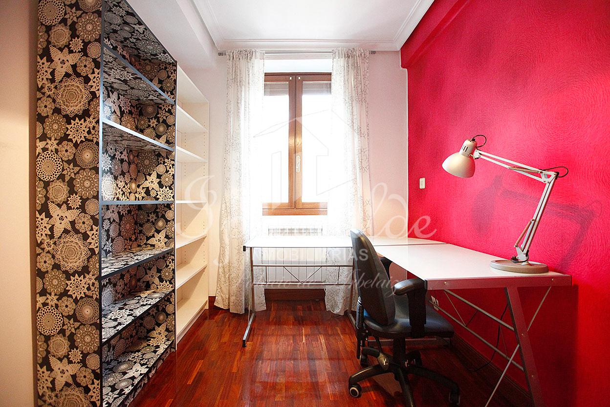 Bonito piso en el centro de Irun con tres habiotaciones y exterior
