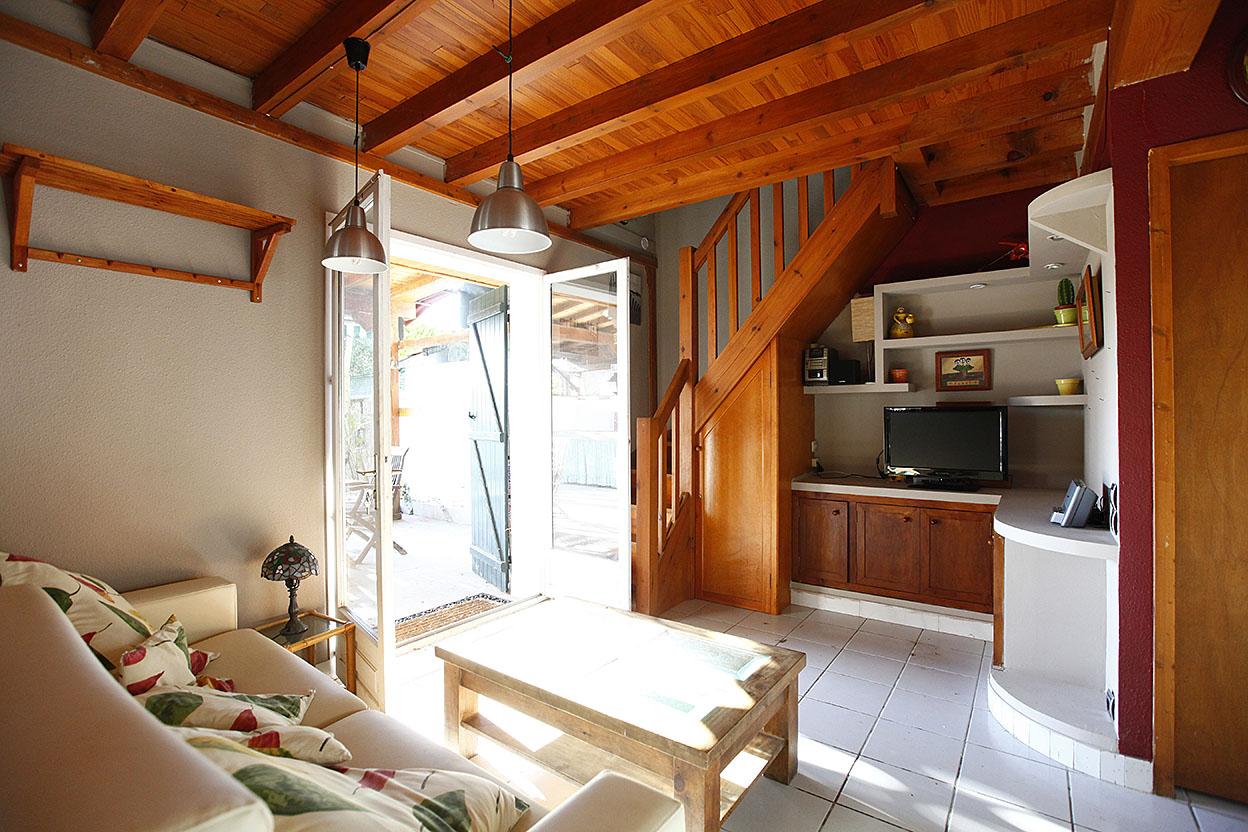 Bonita casa adosada en urbanización privada cercana a la playa con piscina, frontón, pista de tenis y zona verde de juegos para niños. La planta baja se compone de baño, cocina,