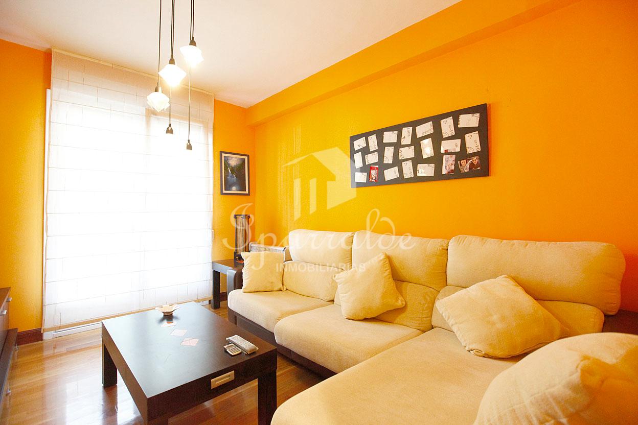 Piso de tres habitaciones y un baño, cocina muy amplia con zona de comedor y amplio salón