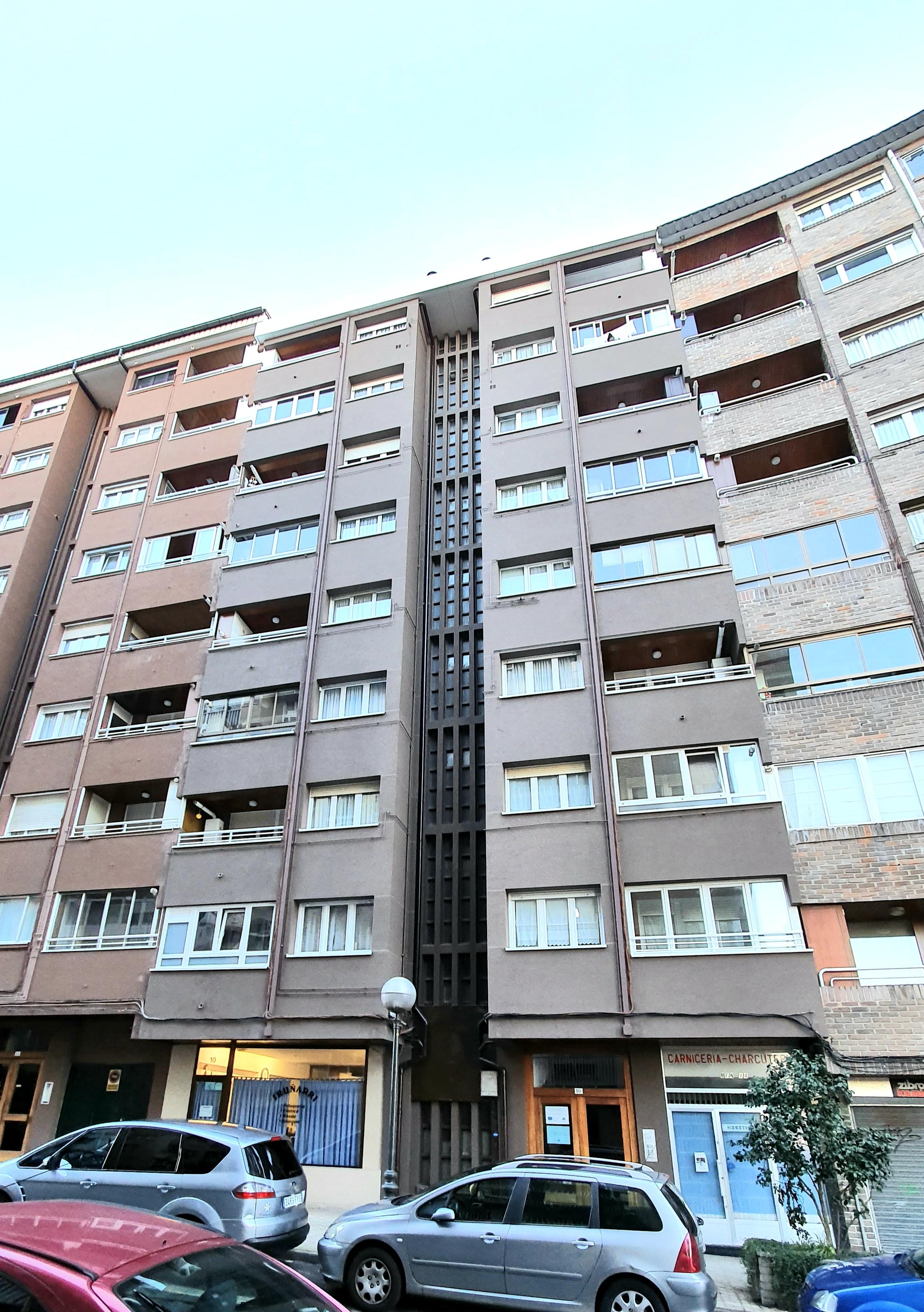 Piso de 90m2, situado en el barrio de Azken Portu. Muy luminoso y soleado, es ideal como primera vivienda o para familias.