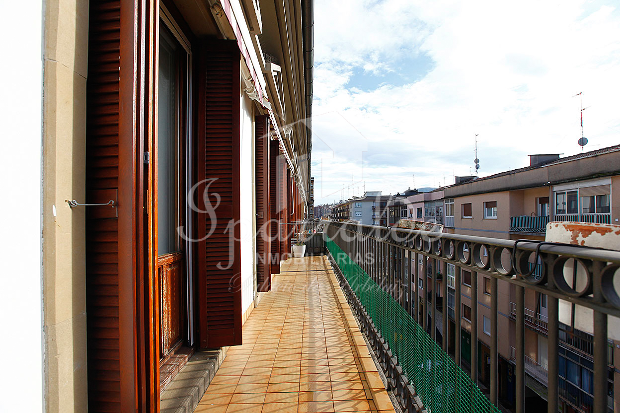 Plaza Erromes. Soleado piso en ultima planta, totalmente exterior con balcón corrido. Orientación Sur.