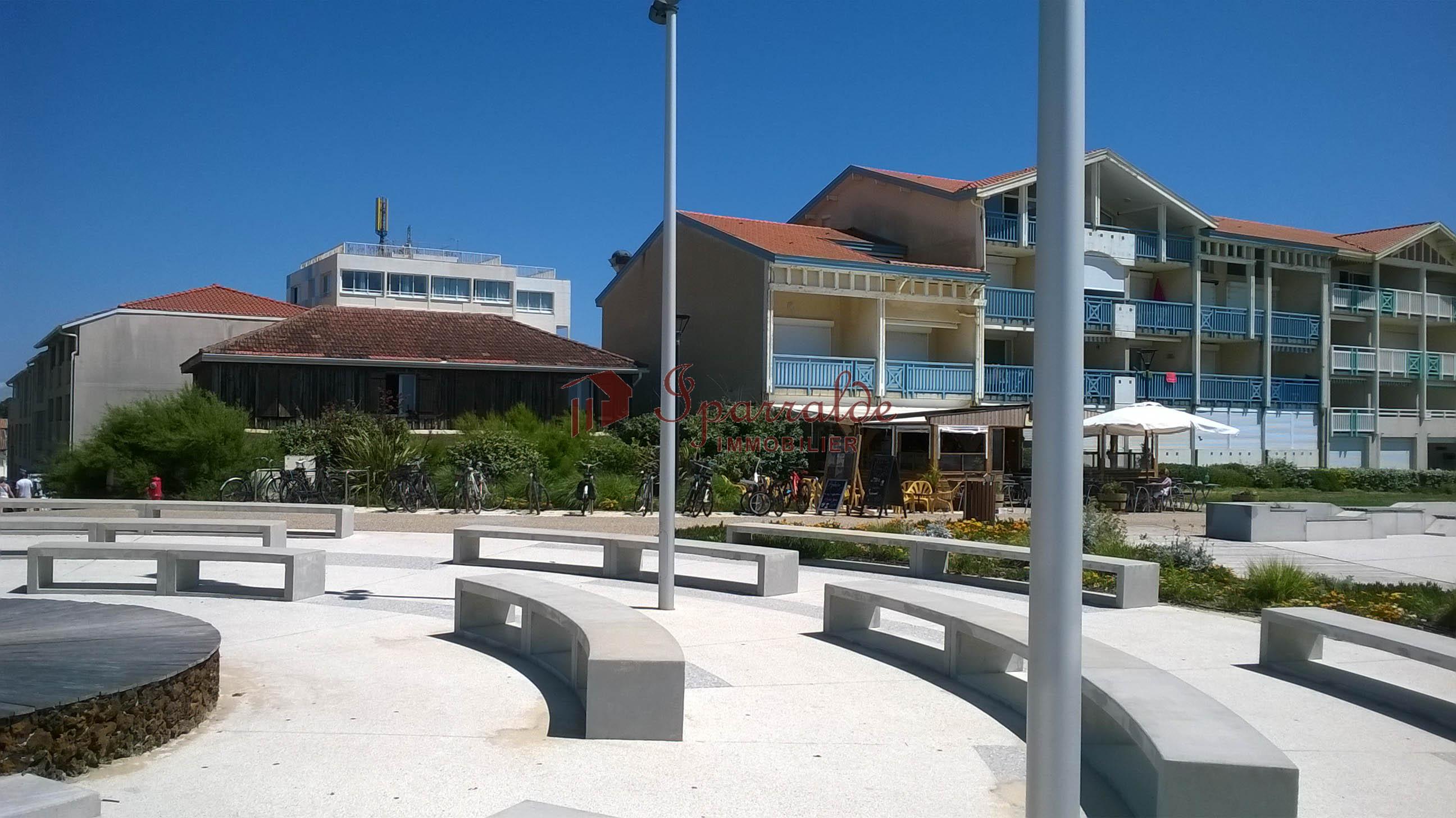 En el bucólico pueblecito de Mézos: Inmueble único compuesto por 3 casas, garaje, taller y terreno de 1.200 m2 , en Las Landas, a 10 mns de sus maravillosas Playas.