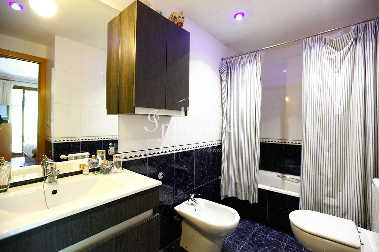 Bonito piso de tres habitaciones, 2 baños, salón-comedor y cocina independiente. Orientado al sur