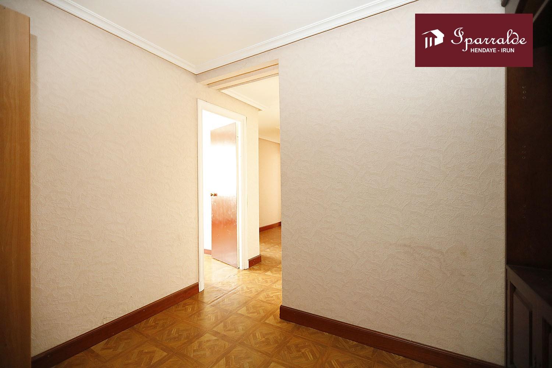 Bonito piso a reformar próximo al centro y con amplias posibilidades.
