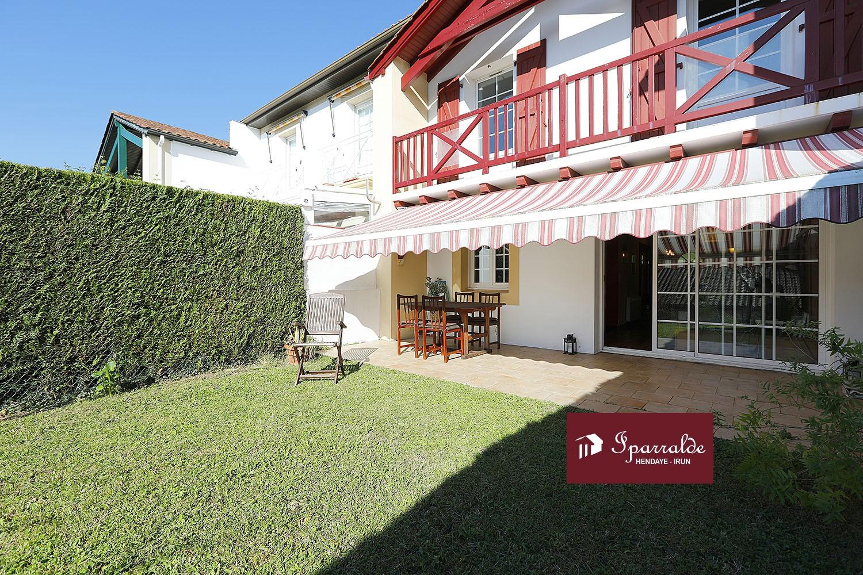 Preciosa Villa adosada cerca del centro de Hendaye en perfecto estado, orientada a pleno Sur.
