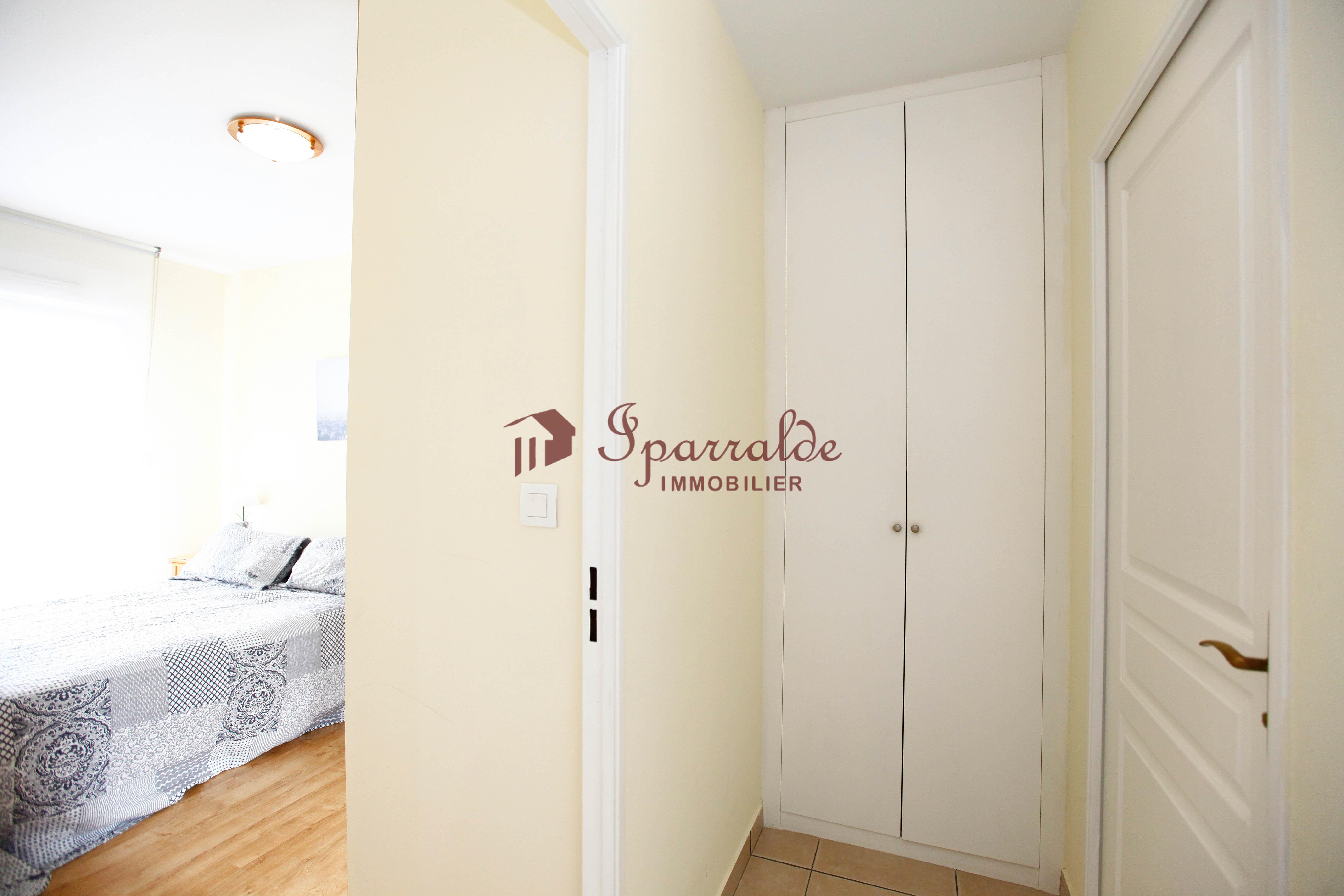 Se vende bonito piso en excelente estado de conservación de reciente construcción con terraza soleada y vistas despejadas.