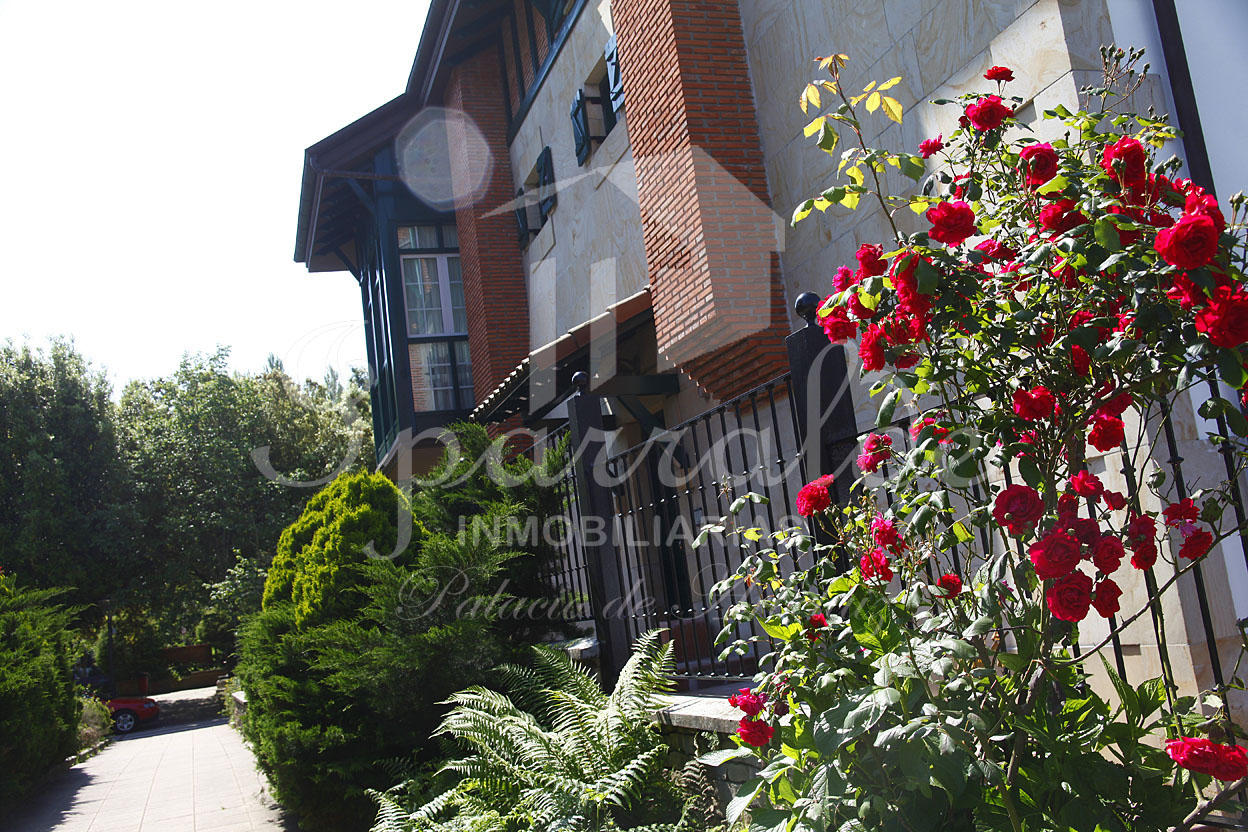 Fantastica villa de 224 m2 con 3 dormitorios, 2 baños, gran cocina independiente consalida a terraza y jardín y garaje 2 coches