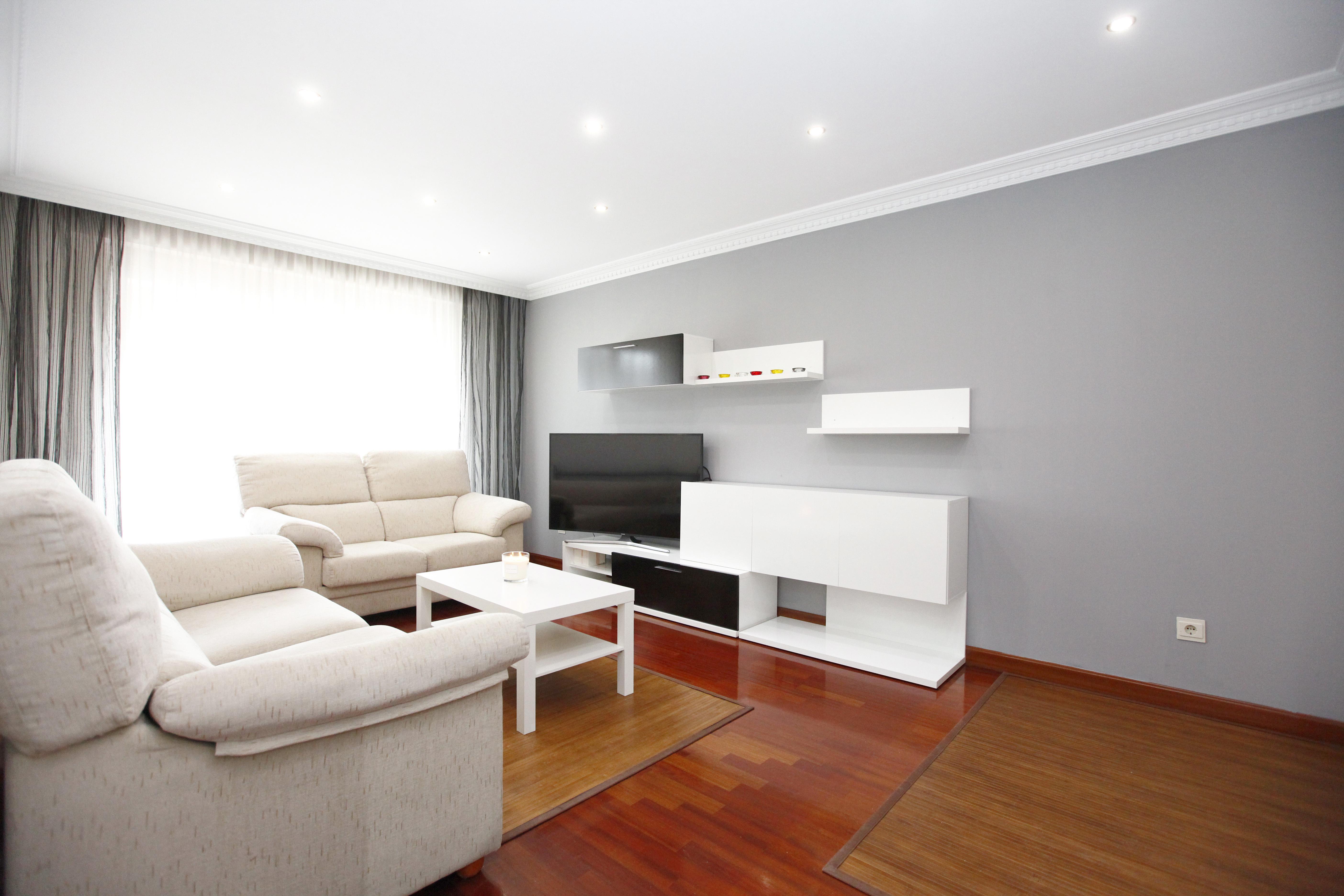 Piso de 80 m2, compuesto de cocina equipada e independiente, salón comedor, 3 habitaciones y 2 baños. Garaje cerrado  y trastero.