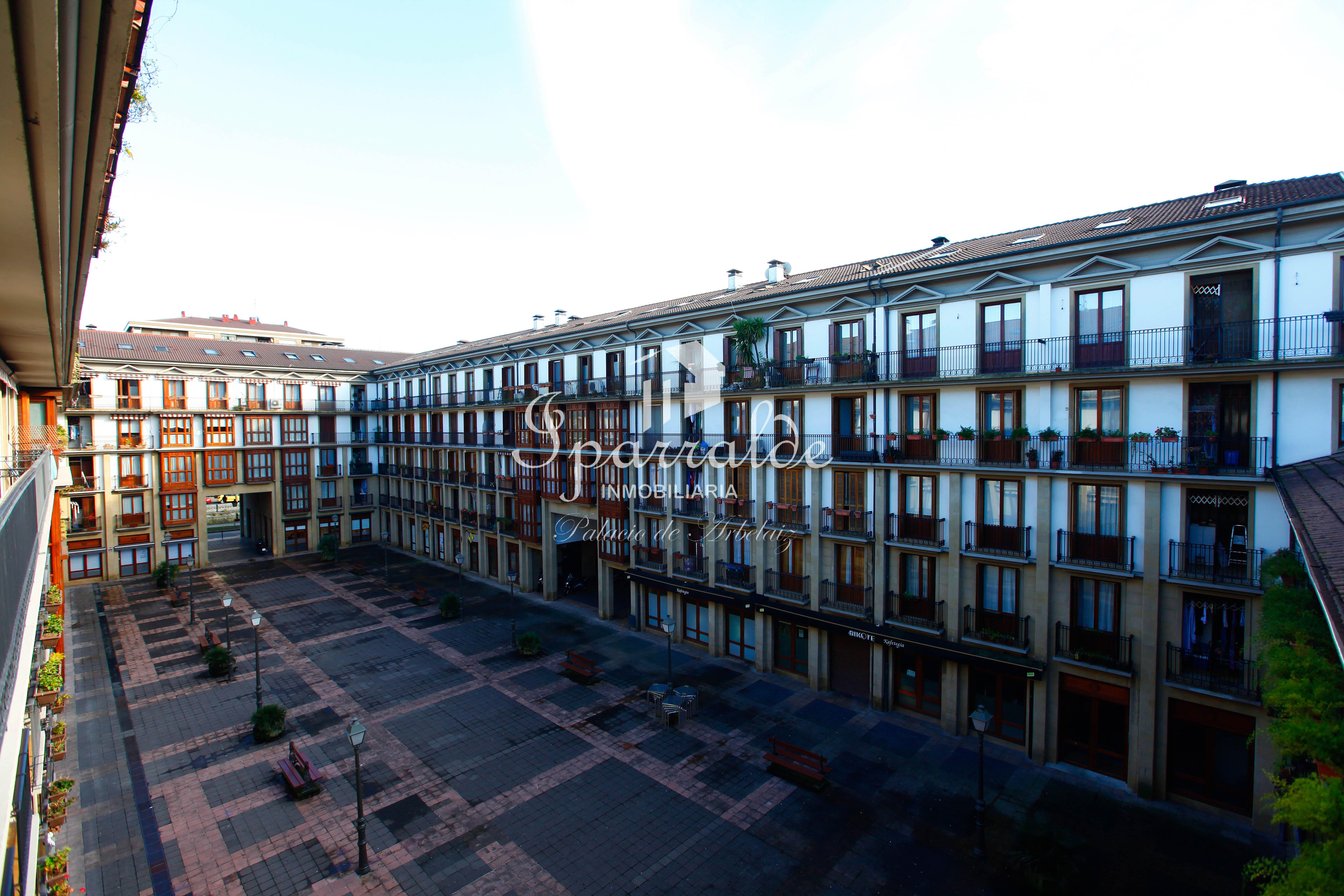 Precioso dúplex situado en la Plaza Erromes, dividido en dos plantas y distribuídas en una cocina equipada e independiente, con balcón y vistas a la Plaza Erromes, gran salón comedor, un aseo, dos baños completos, dos dormitorios dobles y vestidor.
