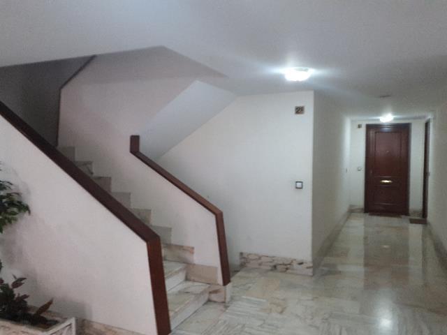 Pisazo de 93 m2 en el barrio de Azken Portu de Irún. La vivienda, es muy luminosa y tiene vistas despejadas. Consta de cocina equipada, tres habitaciones, gran salón y baño completo.
