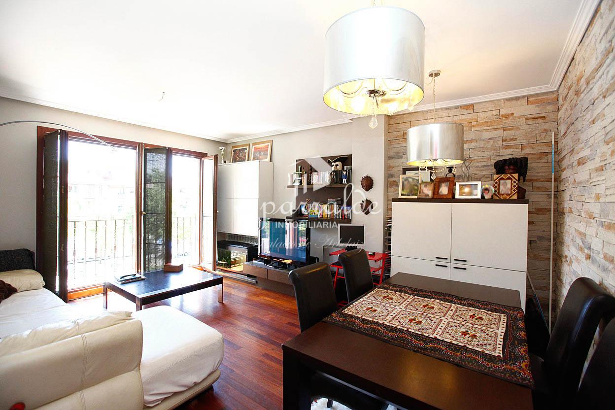 Bonito piso de 3 habitaciones, 2 baños, salón-comedor y cocina independiente. Orientado al Sur.
