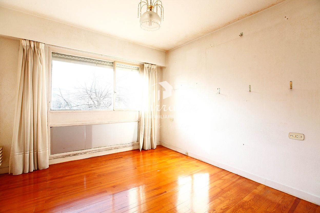 Espectacular piso a reformar de 108 m² con terraza, 4 habitaciones, cocina independiente y baño completo.