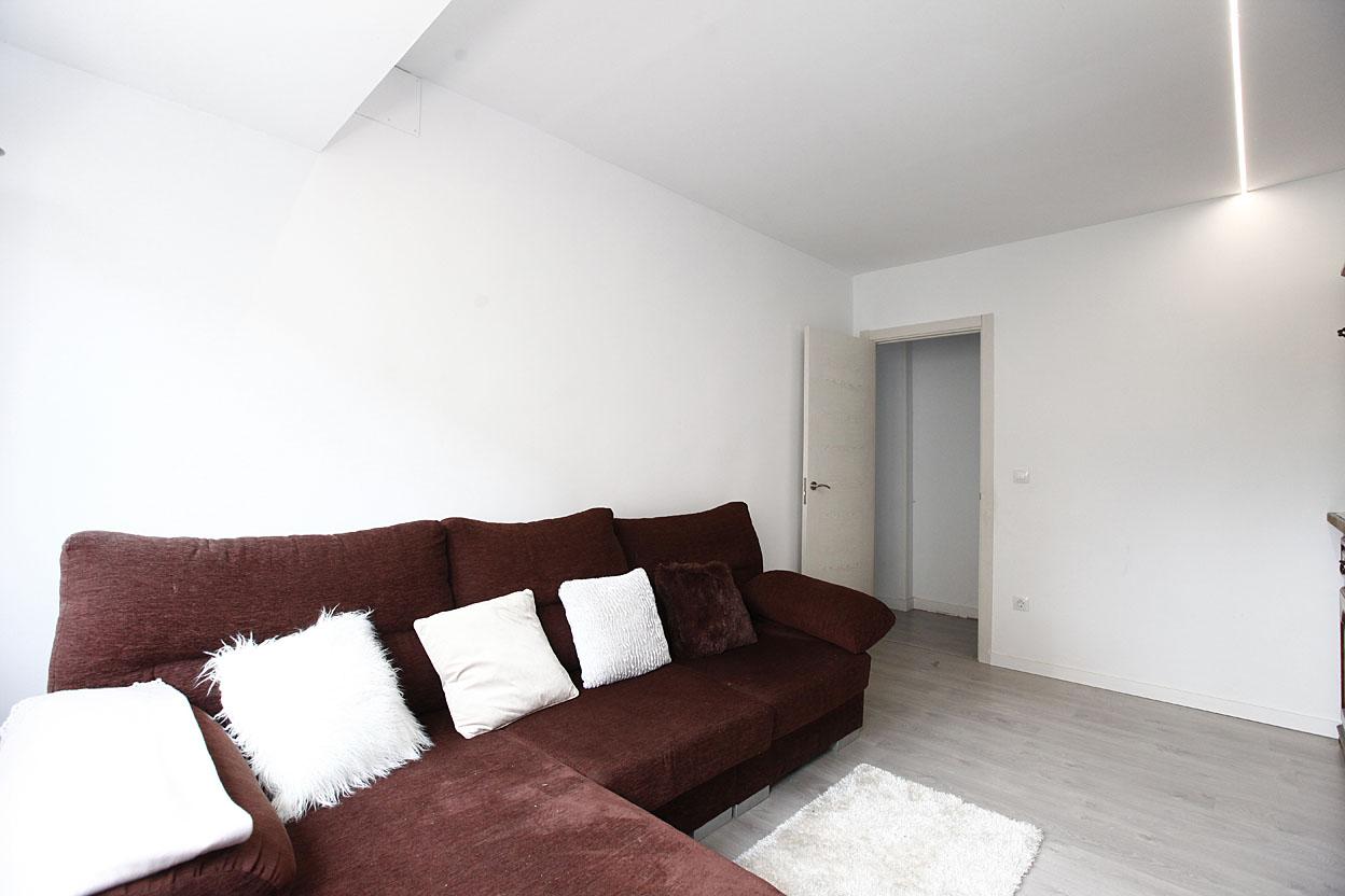 ¡¡OPORTUNIDAD!! Bonito piso reformado de 51 m² (útiles) distribuidos en torno a un pasillo, con dos dormitorios , baño completo, salón y cocina completa situado en zona céntrica de Irún