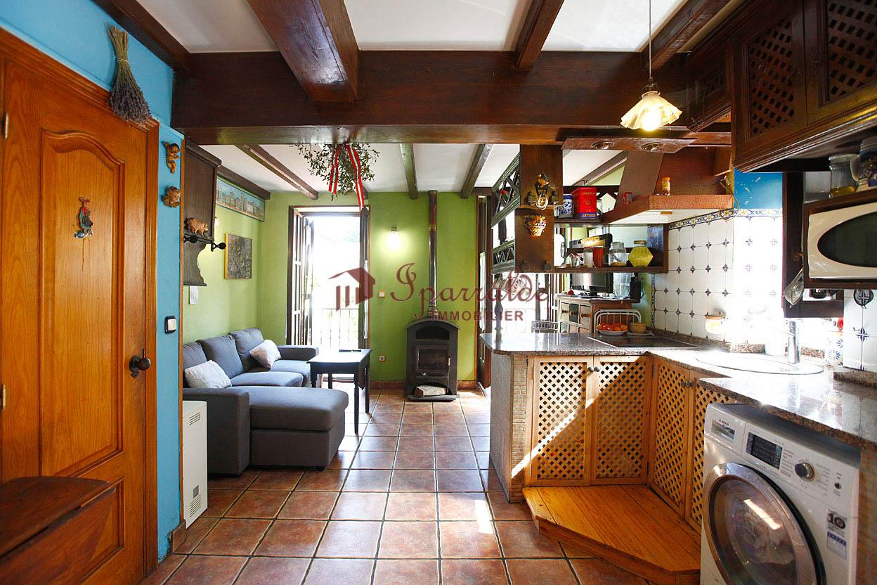 Villa Bifamiliar de 262m<sup>2</sup> con tres habitaciones, 2 baños, garaje para dos coches, bodega txoko y jardin