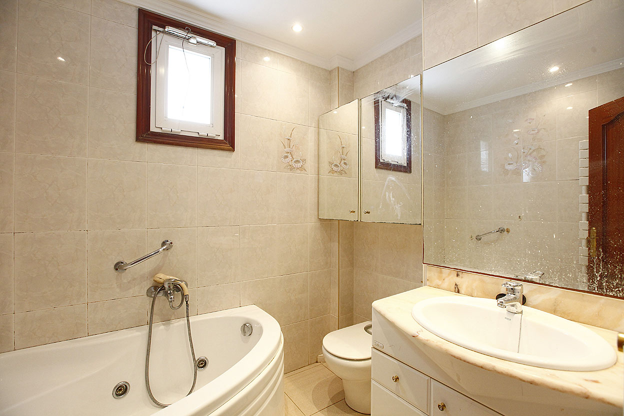 Se vende apartamento de tres amplias habitaciones bien situado cerca de comercios y transportes públicos.