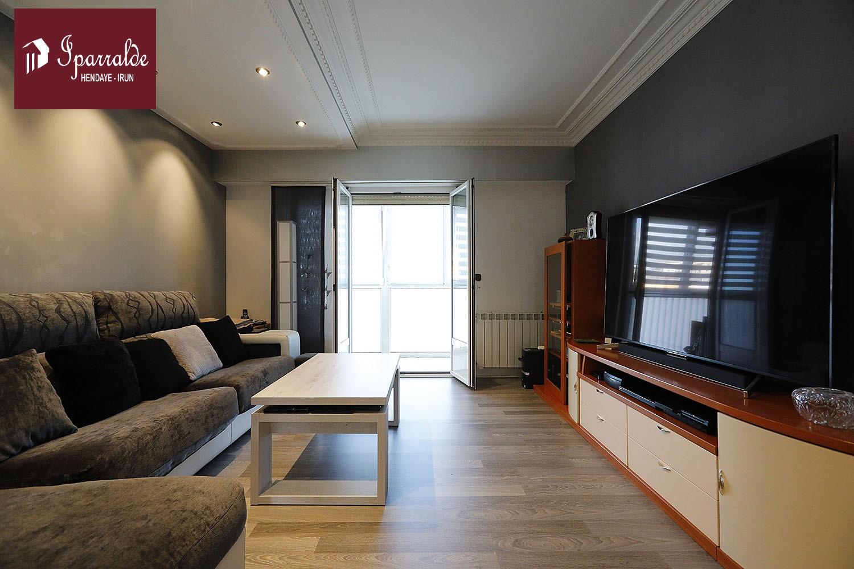 Bonita y céntrica vivienda situada en edificio con pocos vecinos, totalmente exterior y muy soleada.